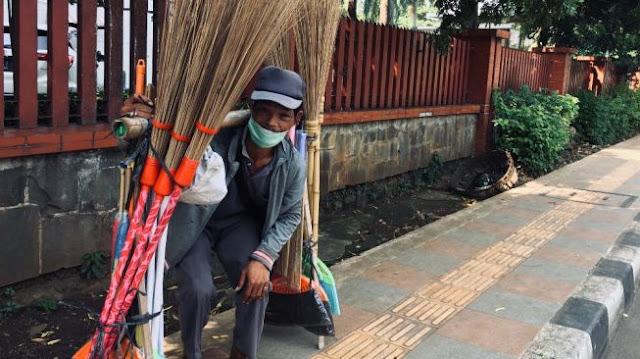 Kisah Penjual Sapu Lidi saat Corona, Tempuh 79 Kilometer Dengan Berjalan Kaki Hanya Demi Sesuap Nasi