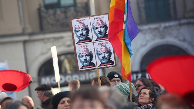 """Más de 100 médicos piden """"acabar con la tortura"""" a Assange y exigen prestarle atención sanitaria """"antes de que sea tarde"""""""