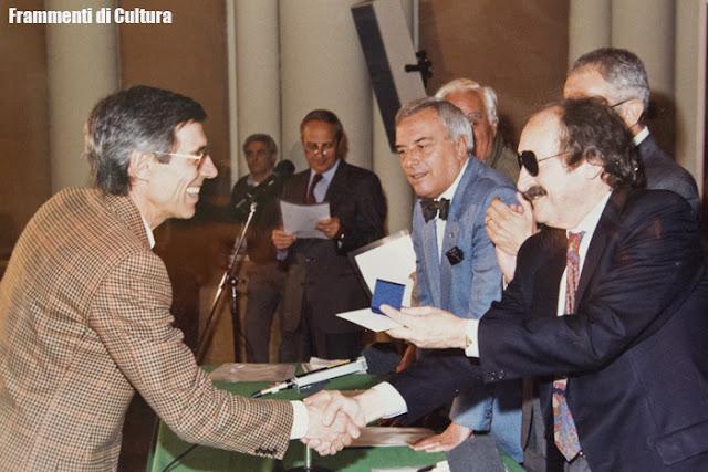 1987, Giuliano Piol riceve la medaglia commemorativa per i 30 anni di servizio in Rai