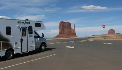 cruise america c25 motorhome ved monument valley i arizona usa