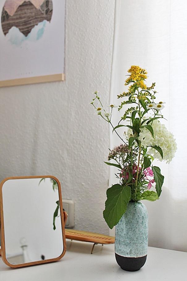 gartenblumenstrauss-in-türkiser-vase