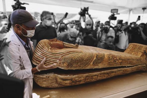 Exposição de sarcófagos descobertos no Egito enterrados no sítio arqueológico de Saqqara