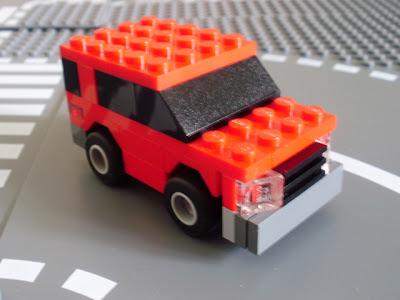 Pequeno carro de cidade feito em LEGO