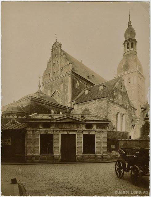 1890-е годы. Рига. Домская площадь и Домский собор. На переднем плане снесенный в 1936 году дом по адресу Яуниела, 10, в котором размещался магазин мясника Otto Šeflera