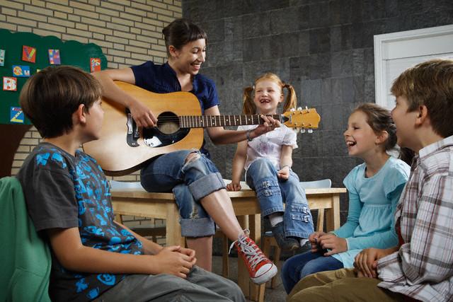 Resultado de imagem para criança musica