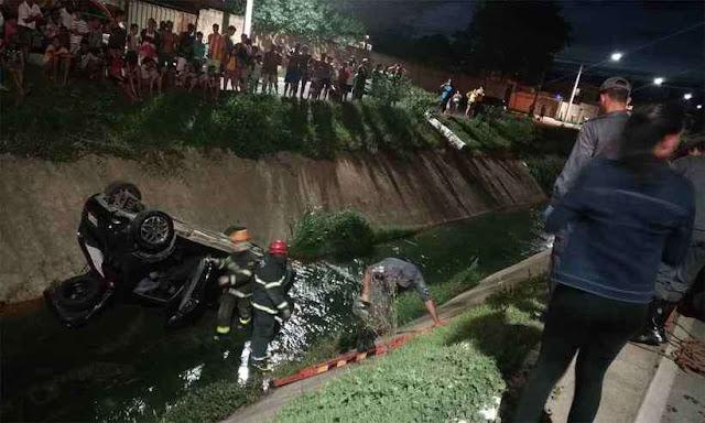 Carro cai em córrego e deixa dois feridos em Santa Luzia