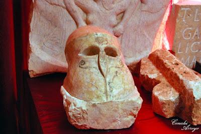Máscara de soldado romano en piedra