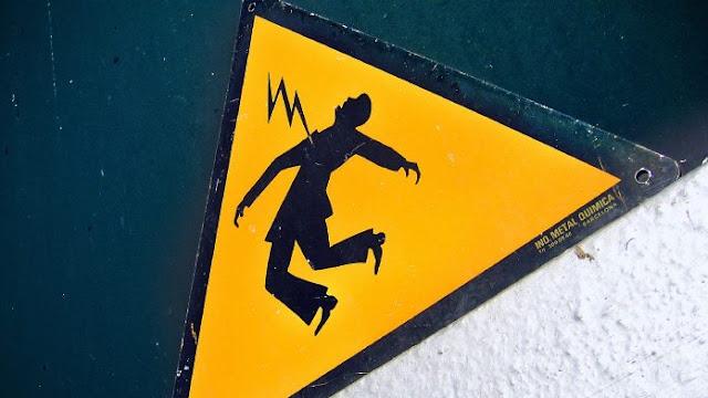 Menjuntai Dibawah Tiang, Kabel Listrik Bahayakan Warga