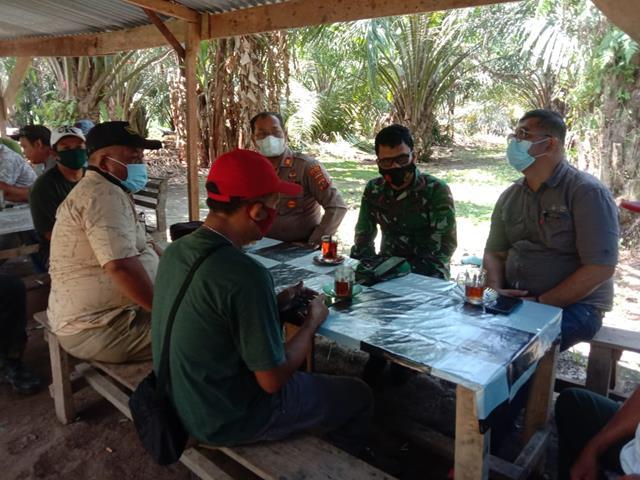 Danramil 06/Perdagangan Kodim 0207/Simalungun Bersama Kapolsek Menghadiri Mediasi Permasalahan Sengketa Lahan Antar Warga Binaan