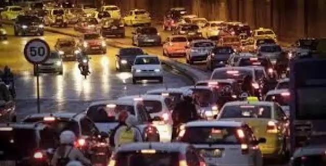 Κυκλοφοριακό κομφούζιο στη λεωφόρο Αθηνών: Έσπασε αγωγός νερού