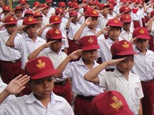 anak sd sedang upacara bendera