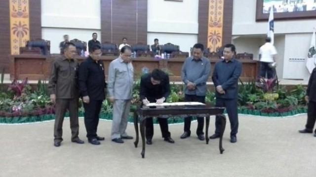 Ketua DPRD Sulut Andrei Angouw saat tandatangani KUA PPAS 2018
