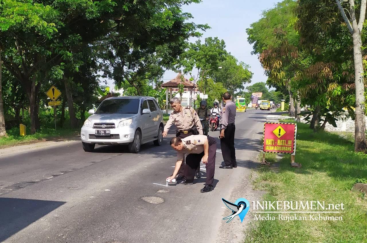Pakai Pilok, Polisi di Kebumen Tandai Jalan Raya yang Berlubang