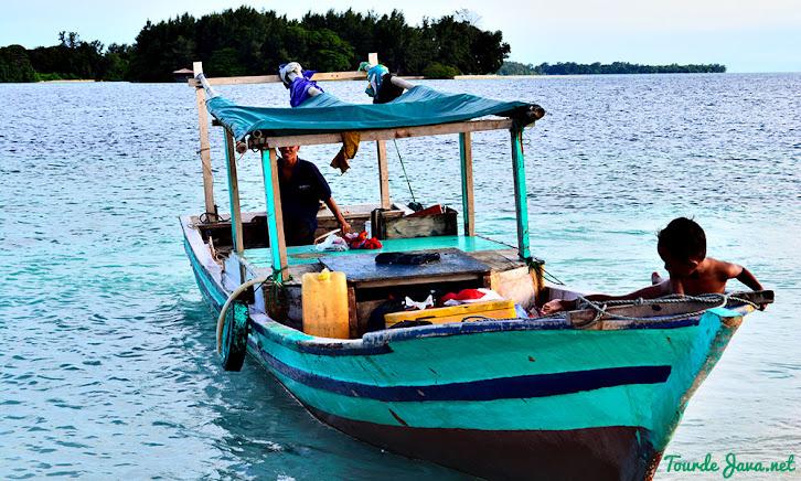 perahu bersandar di pulau gosong menjelang senja