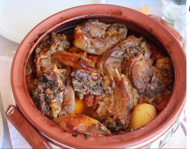 Αρνάκι νόστιμο στη γάστρα με πατάτες