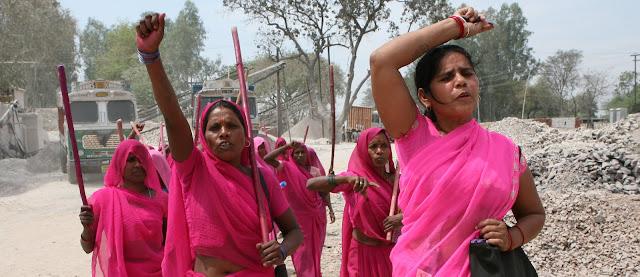 Sambil Bawa Tongkat, Geng Wanita Berbaju Pink Ini Siap Pukuli Para Pemerkosa di India