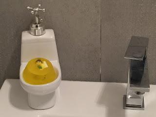 Savons pour enfants avec une surprise sur le lavabo