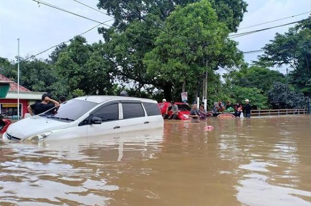 hujan-deras-banyak-jalan-di-surabaya-dilanda-banjir