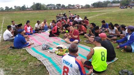 Karang Taruna Selang Kebumen Kerja Bakti Bersihkan Lapangan Sepak Bola