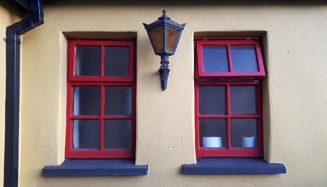 marraskuu, joulukuu, ajankulu, paluumuutto, jouluparaati, keltainen talo, ulkovalo, punaiset ikkunanpielet