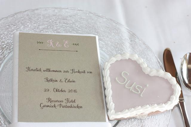 Lebkuchenherzen Tischkarten, Romantische Herbsthochzeit in den Bergen von Garmisch-Partenkirchen, Vintage-Style, heiraten im Hochzeitshotel Riessersee Hotel; wedding destination abroad Bavaria, Fall mountain wedding