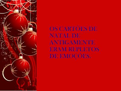 A imagem ao lado esquerdo com bolas de enfeites natalinos e ao meio,  fundo vermelho e caracteres em vermelho diz: os cartões de natal de antigamente eram repletos de emoções.