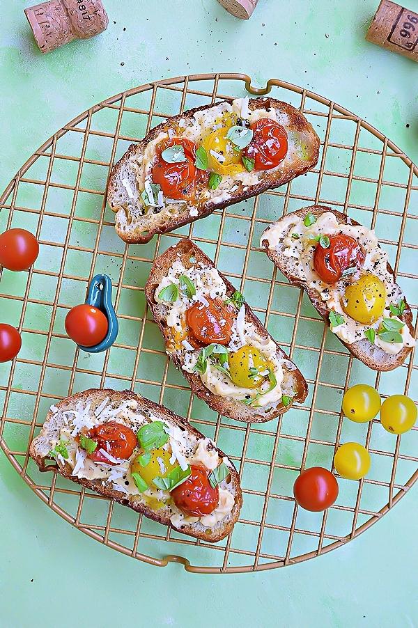 Grzanki z pastą ciecierzycy i pomidorkami