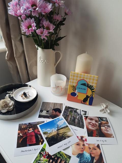 para mim decoração engloba velas, fotos e flores