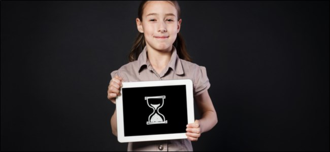 فتاة صغيرة تحمل قرصًا عليه رسم رقمي لساعة رملية.