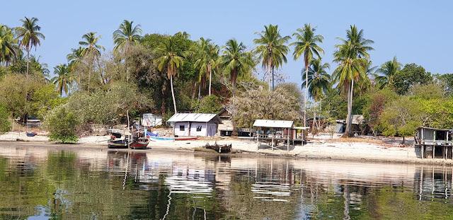 บริเวณกลางเกาะพระทอง ที่มีบรรยากาศคล้ายทุ่งหญ้าซาฟารีในแอฟริกา จนได้สมญานาม สะวันนาเมืองไทย