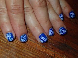 Manicura Azul con Rosas