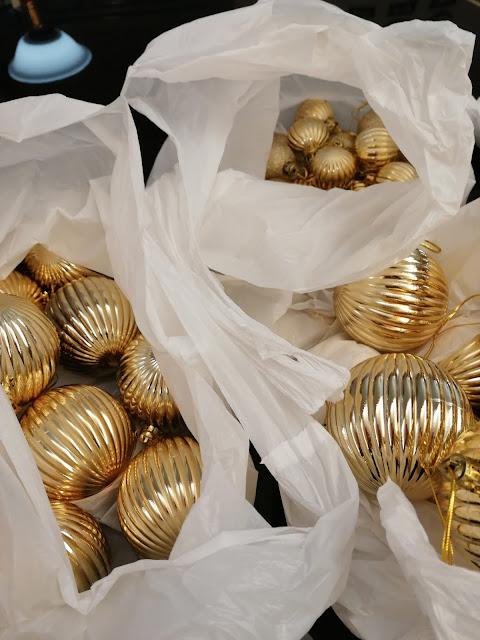 Kuusen pallot lajiteltuna omiin pusseihin koon ja värin mukaan.
