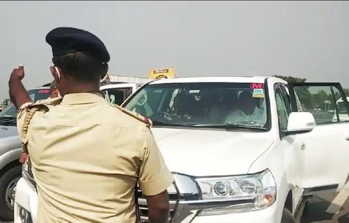 राज्यमंत्री राजेंद्र पाटील-यड्रावकर यांना कर्नाटक पोलिसांनी महाराष्ट्र कर्नाटकच्या सीमेवर आज अडविले