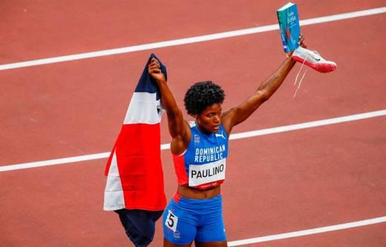 La Velocista Marileidy se abrazó a la bandera dominicana, a la Biblia y a su fe en Dios.
