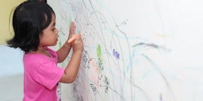 coretan crayon di dinding