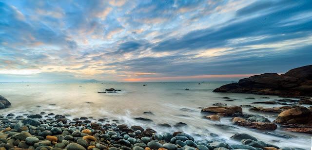 Ghềnh Ráng là một danh thắng nổi tiếng mà bất kì du khách nào khi đến thăm Bình Định đều muốn tìm tới thưởng ngoạn vẻ đẹp kỳ thú của biển và thăm viếng nơi đã ghi dấu quãng đời thi nghiệp của chàng thi sĩ tài danh Hàn Mạc Tử.