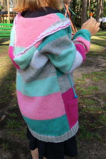 Sweterek w paski robiony na drutach
