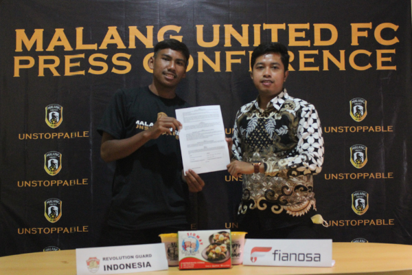 Pemain Malang United bersama Komisaris Angelo Emanuel Flavio Seac