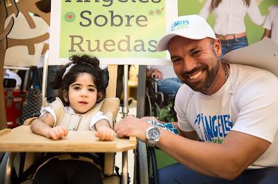 Una de las niñas con parálisis cerebral de la Fundación Nido para Ángeles y uno de sus facilitadores