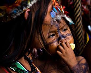 criança indígena comendo