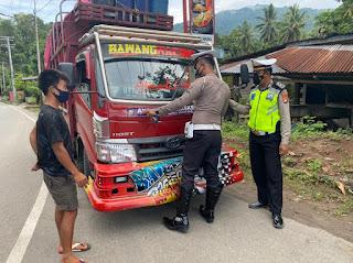 Satlantas Polres Enrekang Pasangi Stiker Ke Kendaraan Sosialisasi Penggunaan Masker