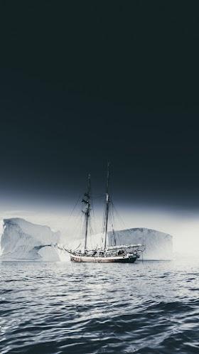 Con tàu trên biển băng