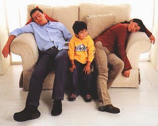 Padres cansandos y niño riendo
