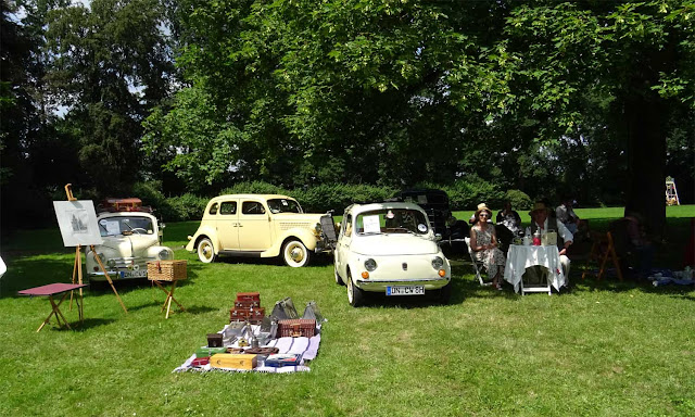 Renault 4CV und Fiat mit Stafellei Vintage Koffern auf Schloss Merode