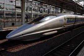 Tren en una estación de Kyoto (Japón)