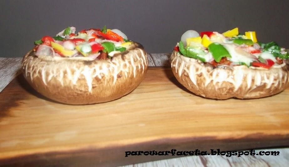 ciekawy przepis na pizze z pieczarkami i papryczkami chili