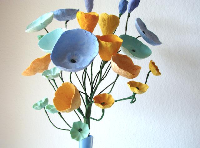 Matrimonio a tema Van Gogh: centrotavola di fiori di carta su stelo dipinti a mano