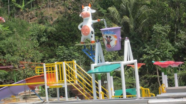 Waterboom Mini di Objek Wisata Kandang Sapi (KANSA) Wonosalam
