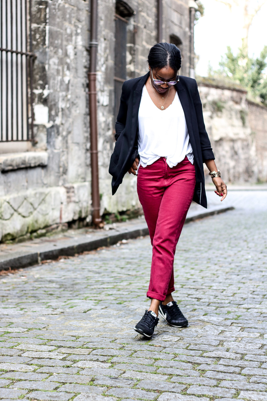 jeans-mom-tee-shirt-blazer-sneakers