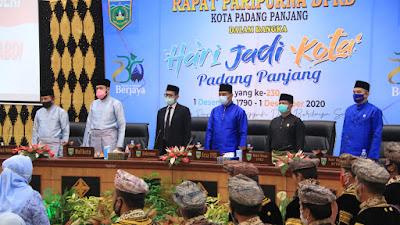 Peringati HJK ke-230, Usai Paripurna 10 Orang Tokoh di Padang Panjang Terima Pin Emas